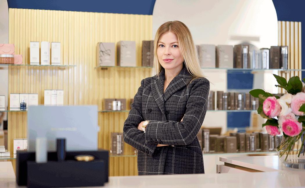 VONsociety: Dear Skin Besitzerin Julia Zaytseva steht an der Rezeption in ihrem Beauty Conept Store © Susanne Einzenberger