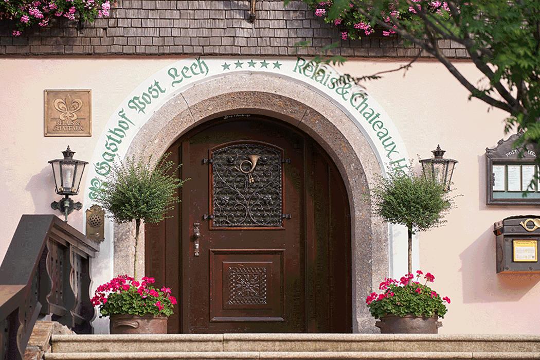 VONsociety: Hotel Post Lech am Arlberg, Haupteingang Relais & Chateau(c)Herbert Lehmann