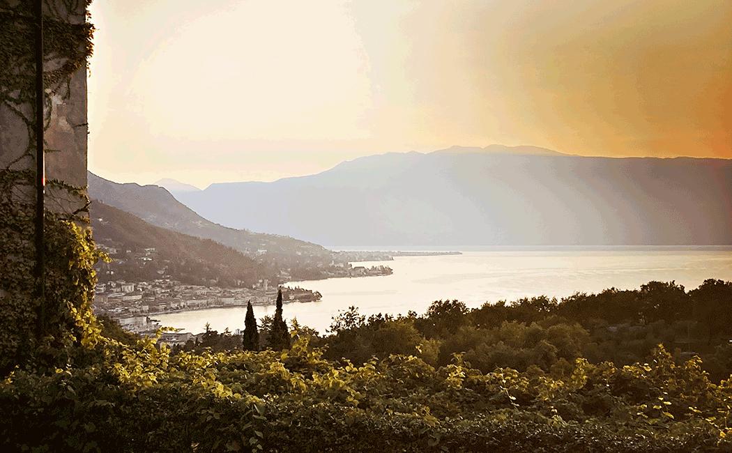 VONsociety: Villa Arcadio Ausblick von der Terrasse über den Gardasee. Abendstimmung